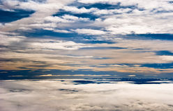 μπλε βουνά σύννεφων πέρα από & Στοκ Φωτογραφία