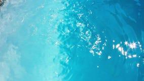 μπλε βράζοντας ύδωρ παφλασμοί ξεχειλισμένος φιλμ μικρού μήκους