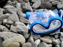 Μπλε βράχοι μασκών Snorkling στοκ εικόνες