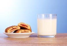 μπλε γάλα μπισκότων Στοκ φωτογραφία με δικαίωμα ελεύθερης χρήσης