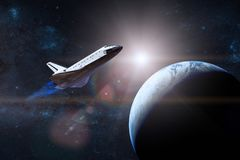 μπλε γήινος πλανήτης Διαστημικό λεωφορείο που απογειώνεται σε μια αποστολή Elemen Στοκ Φωτογραφίες
