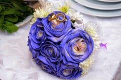Μπλε γαμήλια ανθοδέσμη και δαχτυλίδια Όμορφη μπλε και άσπρη φρέσκια γαμήλια ανθοδέσμη λουλουδιών Στοκ Εικόνες
