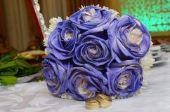Μπλε γαμήλια ανθοδέσμη και δαχτυλίδια Όμορφη μπλε και άσπρη φρέσκια γαμήλια ανθοδέσμη λουλουδιών Στοκ Φωτογραφία