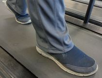 Μπλε γκρίζα παπούτσια, που ασκούν Treadmill στοκ φωτογραφία
