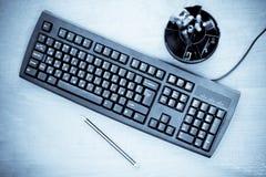 μπλε γραφείο πληκτρολογίων που τονίζεται στοκ φωτογραφία με δικαίωμα ελεύθερης χρήσης