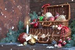 μπλε γυαλί σύνθεσης Χριστουγέννων μπιχλιμπιδιών Διακοσμήσεις Χριστουγέννων με τους κλάδους δέντρων έλατου στο ξύλινο υπόβαθρο στοκ εικόνες