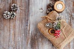 μπλε γυαλί σύνθεσης Χριστουγέννων μπιχλιμπιδιών Δώρο Χριστουγέννων, κώνοι και candleon εκλεκτής ποιότητας ξύλινο υπόβαθρο Η τοπ ά Στοκ Εικόνα