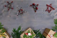 μπλε γυαλί σύνθεσης Χριστουγέννων μπιχλιμπιδιών Δώρο Χριστουγέννων, χριστουγεννιάτικο δέντρο, κλάδοι, Στοκ Εικόνες