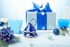 μπλε γυαλί σύνθεσης Χριστουγέννων μπιχλιμπιδιών Κώνοι πεύκων, κομψοί κλάδοι, χειροποίητα κεριά, μπλε ντεκόρ Χριστουγέννων σε ένα  Στοκ εικόνες με δικαίωμα ελεύθερης χρήσης