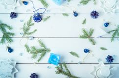 μπλε γυαλί σύνθεσης Χριστουγέννων μπιχλιμπιδιών Κώνοι πεύκων, κομψοί κλάδοι, χειροποίητα κεριά, μπλε ντεκόρ Χριστουγέννων σε ένα  Στοκ φωτογραφία με δικαίωμα ελεύθερης χρήσης