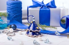 μπλε γυαλί σύνθεσης Χριστουγέννων μπιχλιμπιδιών Κώνοι πεύκων, κομψοί κλάδοι, χειροποίητα κεριά, μπλε ντεκόρ Χριστουγέννων σε ένα  Στοκ φωτογραφίες με δικαίωμα ελεύθερης χρήσης