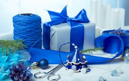 μπλε γυαλί σύνθεσης Χριστουγέννων μπιχλιμπιδιών Κώνοι πεύκων, κομψοί κλάδοι, χειροποίητα κεριά, μπλε ντεκόρ Χριστουγέννων σε ένα  Στοκ Εικόνα