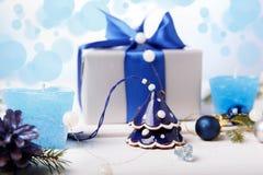 μπλε γυαλί σύνθεσης Χριστουγέννων μπιχλιμπιδιών Κώνοι πεύκων, κομψοί κλάδοι, χειροποίητα κεριά, μπλε ντεκόρ Χριστουγέννων σε ένα  Στοκ εικόνα με δικαίωμα ελεύθερης χρήσης