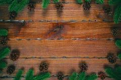 μπλε γυαλί σύνθεσης Χριστουγέννων μπιχλιμπιδιών Πλαίσιο Χριστουγέννων με τους κώνους πεύκων, κλάδοι έλατου στο ξύλινο καφετί υπόβ Στοκ φωτογραφία με δικαίωμα ελεύθερης χρήσης