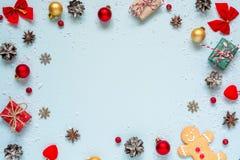 μπλε γυαλί σύνθεσης Χριστουγέννων μπιχλιμπιδιών πλαίσιο φιαγμένο από διακοσμήσεις Χριστουγέννων, κόκκινα μούρα, κιβώτια δώρων και Στοκ εικόνα με δικαίωμα ελεύθερης χρήσης