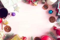 μπλε γυαλί σύνθεσης Χριστουγέννων μπιχλιμπιδιών Πλαίσιο Χριστουγέννων φιαγμένο από κλάδους δέντρων έλατου στο ρόδινο υπόβαθρο Στοκ Εικόνα