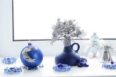 μπλε γυαλί σύνθεσης Χριστουγέννων μπιχλιμπιδιών Χειμερινή διάθεση οικολογικός ξύλινος διακοσμήσεων Χριστουγέννων στοκ φωτογραφία με δικαίωμα ελεύθερης χρήσης