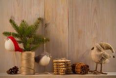 μπλε γυαλί σύνθεσης Χριστουγέννων μπιχλιμπιδιών home sweet Ντεκόρ Χριστουγέννων στο εκλεκτής ποιότητας φυσικό ξύλινο υπόβαθρο Στοκ Εικόνα