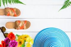 Μπλε γυαλιά ηλίου και παπούτσι καπέλων στον άσπρο ξύλινο πίνακα Στοκ φωτογραφία με δικαίωμα ελεύθερης χρήσης