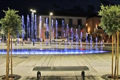 Μπλε δέντρα φω'των πάγκων νύχτας οδών νερού πηγών στοκ φωτογραφία με δικαίωμα ελεύθερης χρήσης