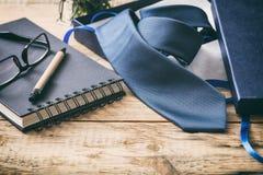 Μπλε δεσμός από ένα κιβώτιο δώρων σε ένα ξύλινο γραφείο γραφείων, διάστημα αντιγράφων Στοκ Εικόνες
