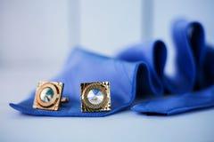 Μπλε δεσμός με τη μανσέτα στοκ φωτογραφία με δικαίωμα ελεύθερης χρήσης