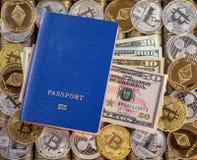 Μπλε διαβατήριο, υπόβαθρο νομισμάτων μετάλλων τα δολάρια ανασκόπησης μας απομόνωσαν λευκούς νομίσματα μετάλλων Χρυσό ασημένιο bit Στοκ φωτογραφία με δικαίωμα ελεύθερης χρήσης