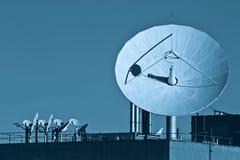 μπλε δορυφορικός τόνος πιάτων Στοκ Φωτογραφία