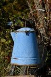 Μπλε δοχείο καφέ σμάλτων παλαιό στοκ εικόνες
