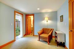 Μπλε δωμάτιο με τη ανοιχτή πόρτα στην αυλή Στοκ Φωτογραφία
