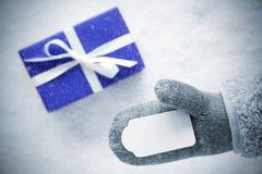 Μπλε δώρο, γάντι, διάστημα αντιγράφων, Snowflakes Στοκ φωτογραφία με δικαίωμα ελεύθερης χρήσης