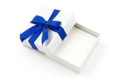 μπλε δώρο τόξων που ανοίγ&omicron Στοκ εικόνα με δικαίωμα ελεύθερης χρήσης