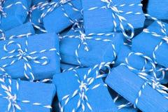 Μπλε δώρων σχέδιο διακοσμήσεων υποβάθρου κιβωτίων κατασκευασμένο Στοκ φωτογραφία με δικαίωμα ελεύθερης χρήσης