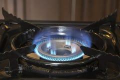 Μπλε εγκαύματα αερίου στη σόμπα στοκ φωτογραφία