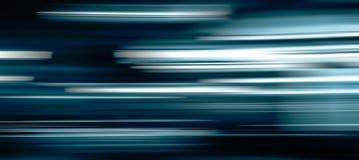 Μπλε ελαφριά ίχνη στο σκοτάδι στοκ φωτογραφία με δικαίωμα ελεύθερης χρήσης