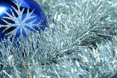 μπλε εορταστική σφαίρα γ&u Στοκ εικόνα με δικαίωμα ελεύθερης χρήσης
