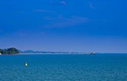 μπλε επιπλέουσα θάλασσα αναγνωριστικών σημάτων κίτρινη Στοκ εικόνες με δικαίωμα ελεύθερης χρήσης