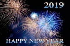 Μπλε επιστολές καλή χρονιά 2019 και λάμψεις των πυροτεχνημάτων στοκ φωτογραφία