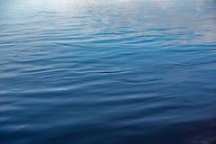 Μπλε επιφάνεια νερού ως υπόβαθρο κύματα στην επιφάνεια του νερού στοκ φωτογραφίες