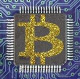 Μπλε ηλεκτρονικό κύκλωμα με το χρυσό σύμβολο του χρωμίου Bitcoin Στοκ εικόνα με δικαίωμα ελεύθερης χρήσης