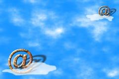 μπλε ηλεκτρονικό ταχυδρομείο πέρα από τα σύμβολα ουρανού Στοκ εικόνα με δικαίωμα ελεύθερης χρήσης