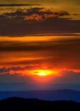 μπλε ηλιοβασίλεμα κορυφογραμμών βουνών Στοκ Εικόνες