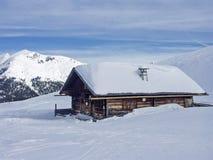 μπλε ηλιόλουστος χειμώνας ουρανού βουνών καλυβών ημέρας Στοκ φωτογραφίες με δικαίωμα ελεύθερης χρήσης