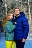 μπλε ημέρας πετάγματος χειμώνας ουρανού κοριτσιών ευτυχής Στοκ φωτογραφία με δικαίωμα ελεύθερης χρήσης