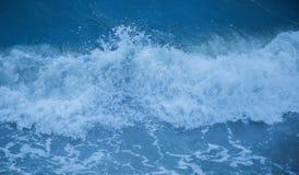 Μπλε θάλασσας περίληψη κυμάτων παφλασμών σπάζοντας Στοκ εικόνες με δικαίωμα ελεύθερης χρήσης