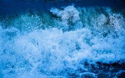 Μπλε θάλασσας περίληψη κυμάτων παφλασμών σπάζοντας Στοκ Εικόνες