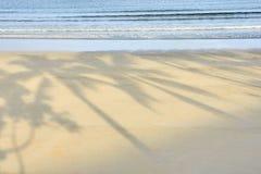 μπλε θάλασσα άμμος θερμή σκιές Στοκ Φωτογραφίες