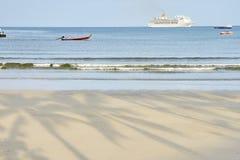μπλε θάλασσα Άσπρο σκάφος της γραμμής Ελαφριά άμμος Στοκ Εικόνες