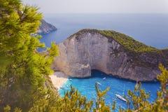 Μπλε θάλασσα και άσπρος απότομος βράχος άνωθεν στοκ εικόνα