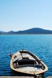 Μπλε θάλασσα και βάρκα Στοκ Εικόνες